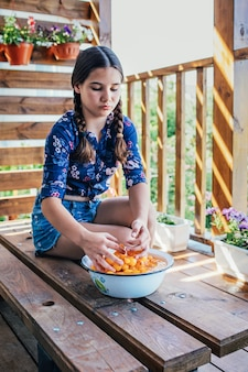 Portret van een meisje dat fruit in een kom met water wast