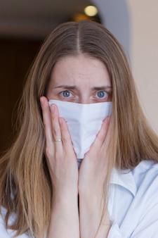 Portret van een meisje dat haar gezicht bedekt met een masker. f