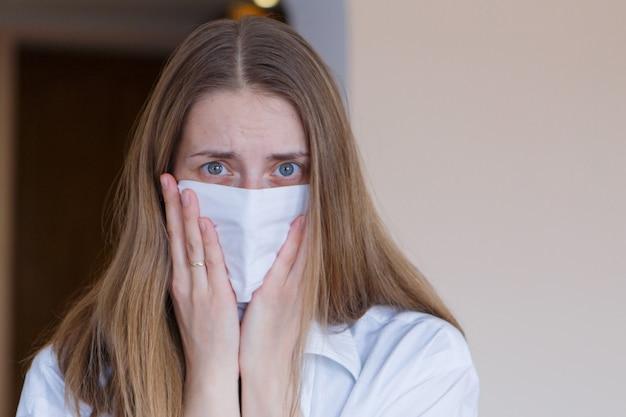 Portret van een meisje dat haar gezicht bedekt met een masker.