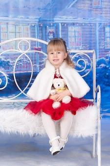 Portret van een meisje dat kerstmis viert