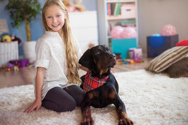 Portret van een meisje en haar beste vriend