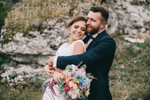 Portret van een meisje en koppels op zoek naar een trouwjurk, een roze jurk die vliegt