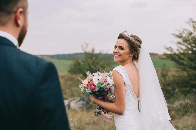 Portret van een meisje en koppels op zoek naar een trouwjurk
