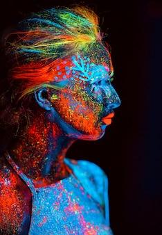 Portret van een meisje geschilderd in fluorescerend poeder.