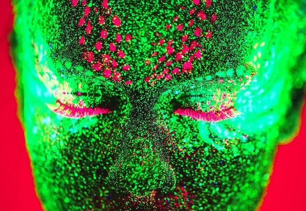 Portret van een meisje geschilderd in fluorescerende poeder.