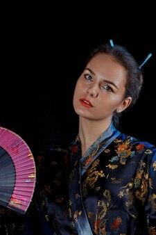 Portret van een meisje in een japanse kimono