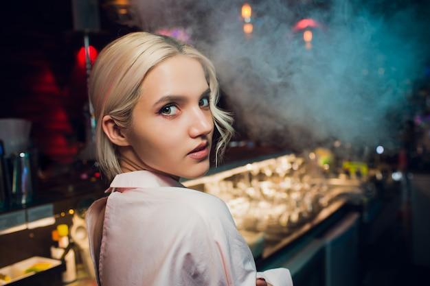 Portret van een meisje in een nachtbar, achter de toonbank.