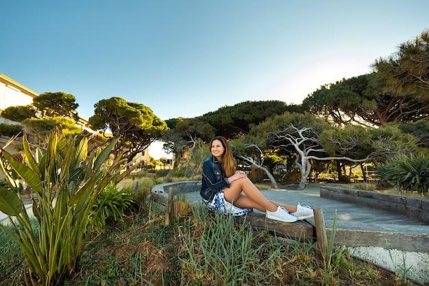 Portret van een meisje in een rok op een prachtig landschap