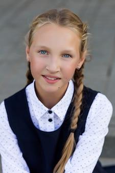 Portret van een meisje in een schooluniform