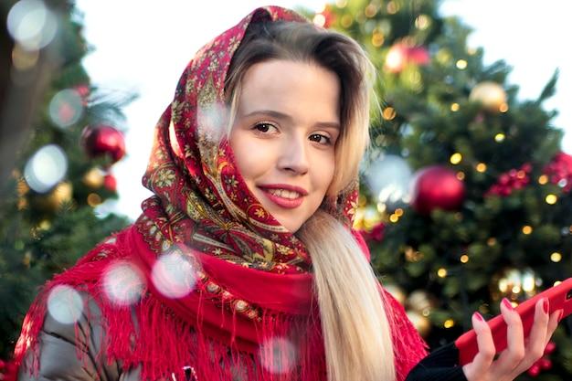 Portret van een meisje in een sjaal met een guirlande