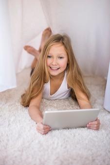 Portret van een meisje in haar denkbeeldige huis