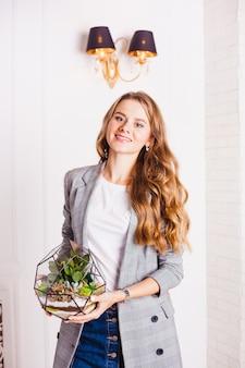 Portret van een meisje in het interieur, floraria in het interieur, interieuroplossingen, bedrijven en thuis