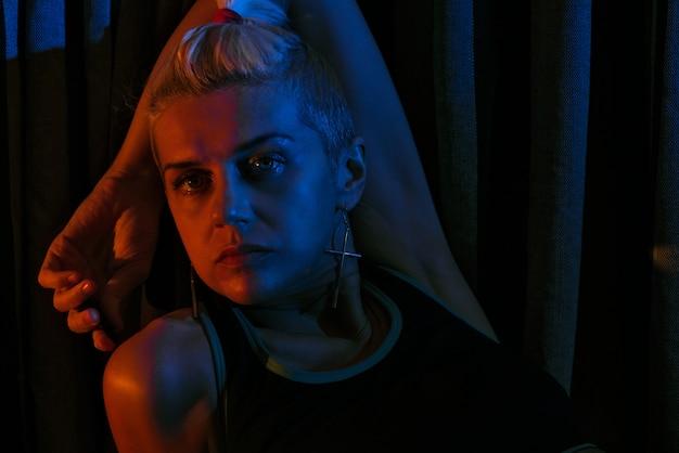 Portret van een meisje in neonlicht
