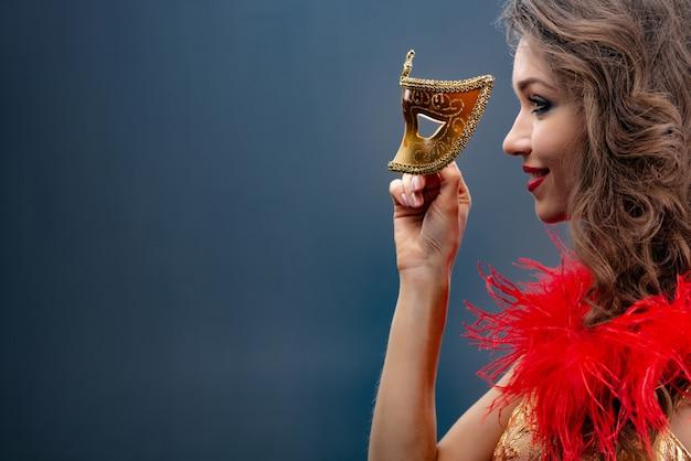 Portret van een meisje in profiel met een rode boa rond haar hals