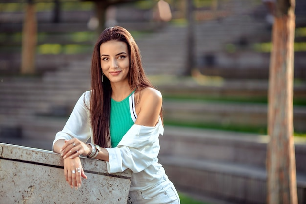 Portret van een meisje in sportkleding voor een wandeling in het park