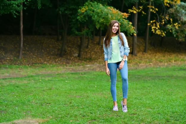Portret van een meisje in volle groei in het park
