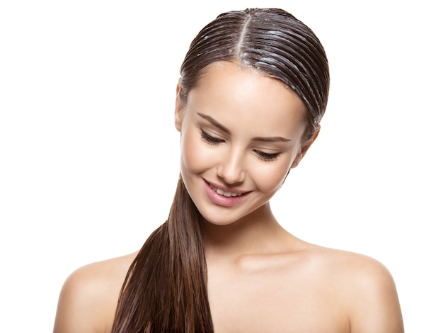 Portret van een meisje met aangebrachte verf voor haren op witte muur