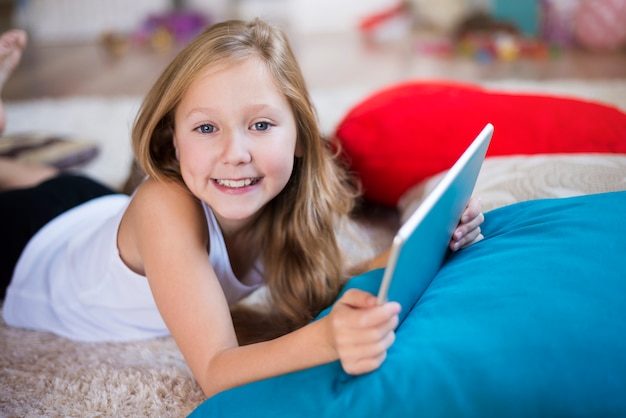Portret van een meisje met behulp van haar digitale tablet