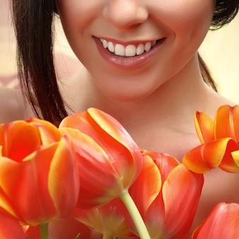 Portret van een meisje met bloemen, tulpen