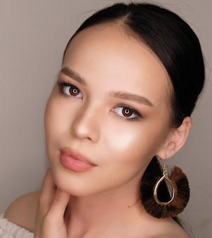 Portret van een meisje met de kazachse nationaliteit