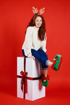 Portret van een meisje met enorme kerstcadeautjes