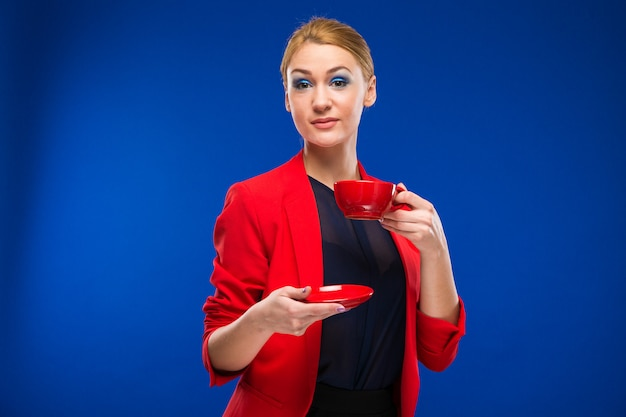 Portret van een meisje met rode kop in zijn handen