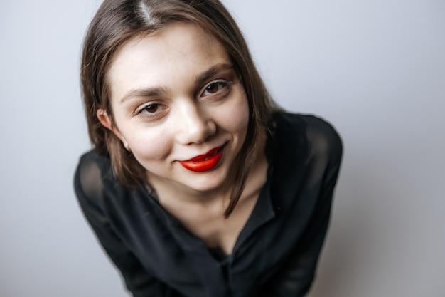 Portret van een meisje met rode lippen en grote ogen