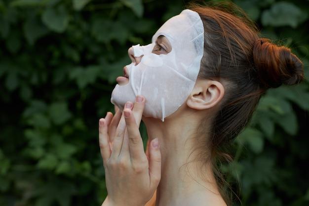 Portret van een meisje wit masker buitenshuis zijaanzicht naakte schouder blote schouders close-up