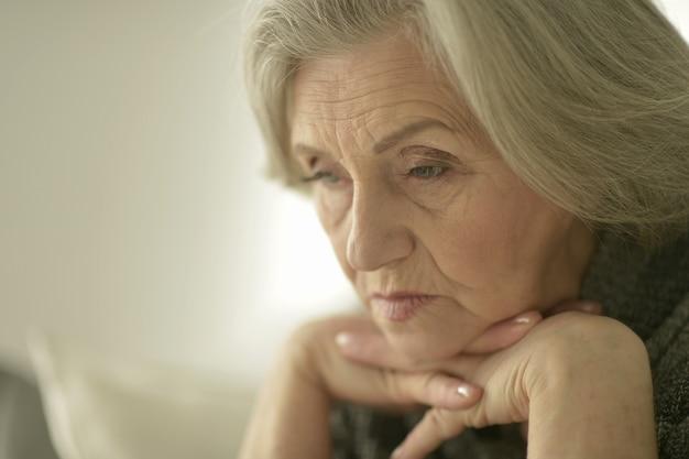 Portret van een melancholische senior vrouw close-up