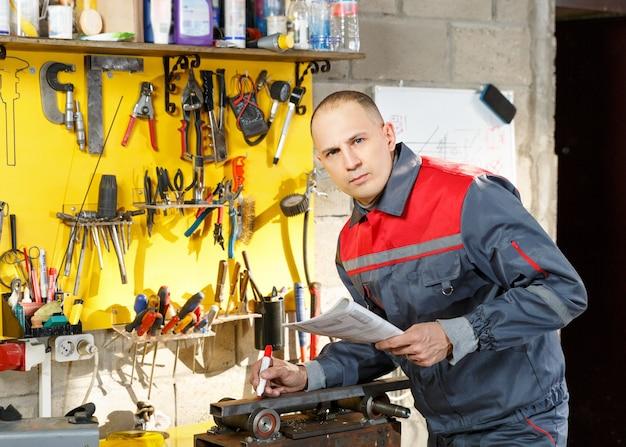 Portret van een mensenwerktuigkundige met in hand tekeningen en potlood