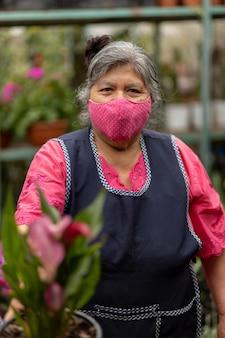 Portret van een mexicaanse vrouw in kinderdagverblijf xochimilco, mexico met gezichtsmasker