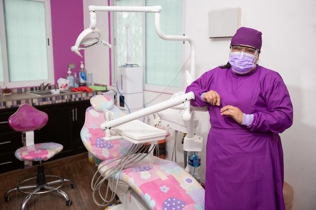 Portret van een mexicaanse vrouwelijke tandarts die lacht