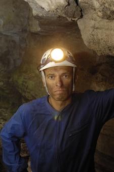 Portret van een mijnwerker in een mijn