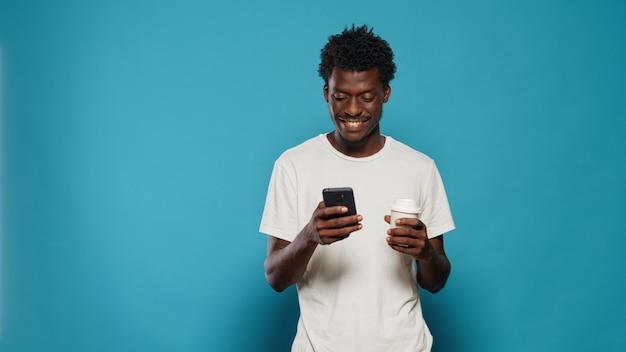 Portret van een moderne persoon die naar een display op smartphone kijkt