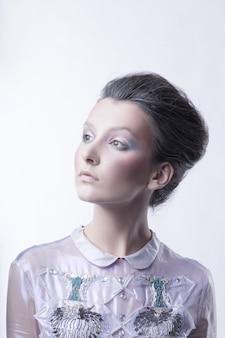 Portret van een modieuze jonge dame met een modieus kapsel.