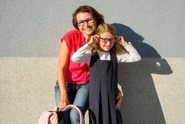 Portret van een moeder en dochter met een bril