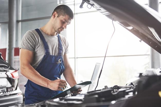 Portret van een monteur aan het werk in zijn garage