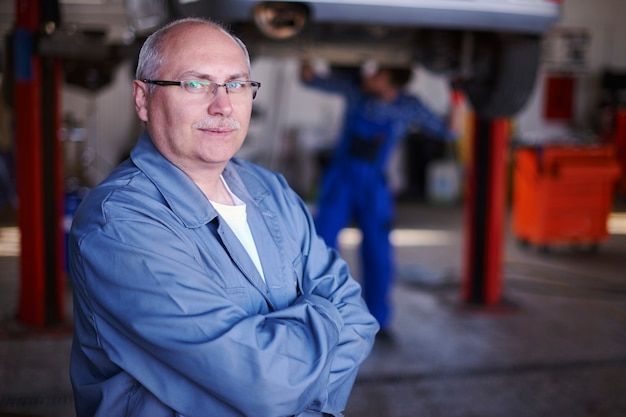 Portret van een monteur in een werkplaats