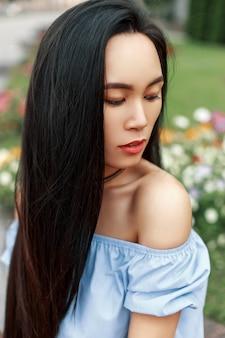 Portret van een mooi aziatisch meisje met een mooi gezicht op een zomerse dag.