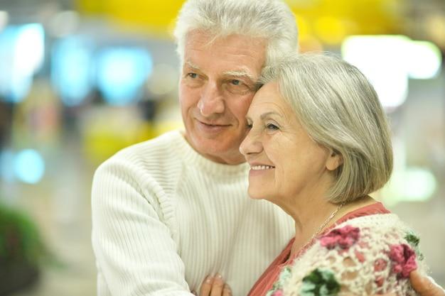 Portret van een mooi bejaarde echtpaar in winkelcentrum