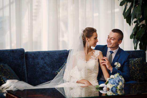 Portret van een mooi bruidspaar. prachtige bruiloft.