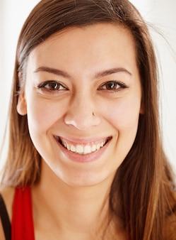 Portret van een mooi gelukkig brunette meisje close-up.