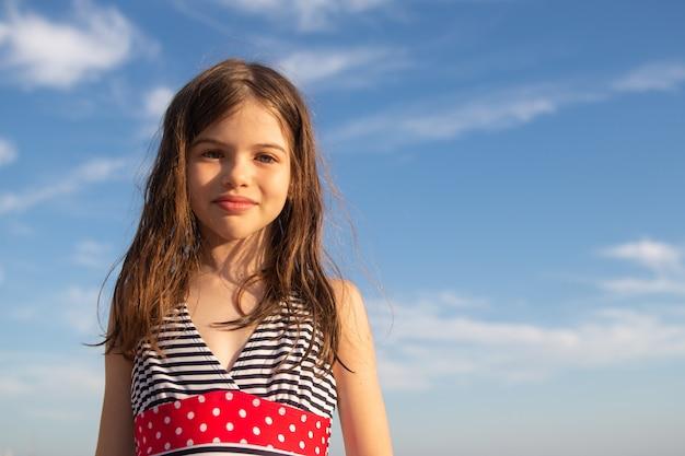 Portret van een mooi gelukkig jong meisje in zwembroek