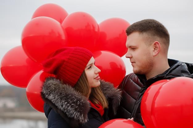 Portret van een mooi jong koppel met rode ballonnen