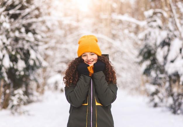Portret van een mooi jong meisje in de winter in de natuur