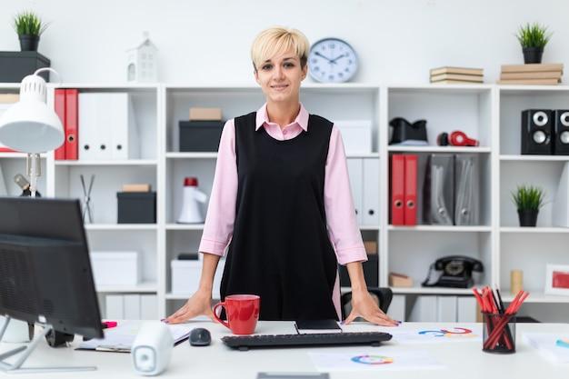 Portret van een mooi jong meisje in het kantoor.