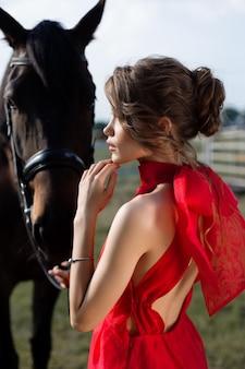 Portret van een mooi jong meisje met een paard