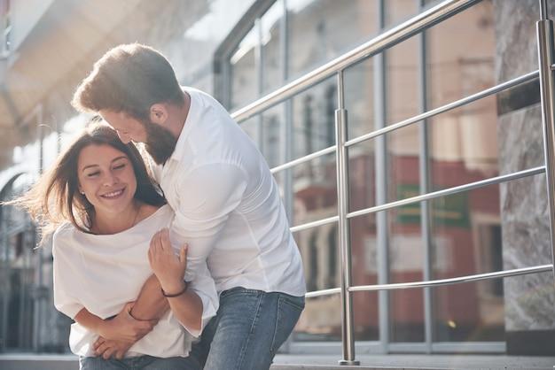 Portret van een mooi jong paar dat samen glimlacht.