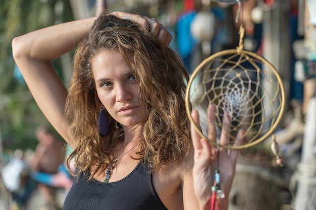Portret van een mooi kaukasisch meisje op een tropisch strand met een web, thailand, close-up. natuur en zomer concept