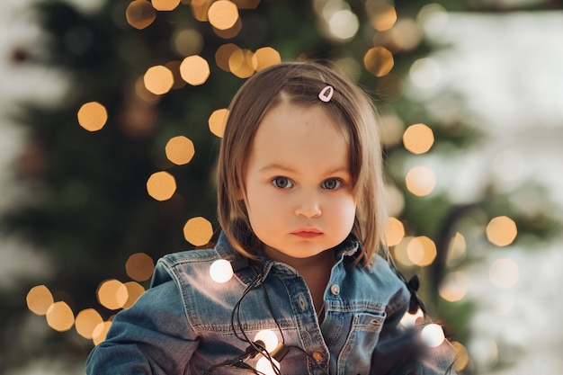 Portret van een mooi klein meisje in de sfeer van het nieuwe jaar